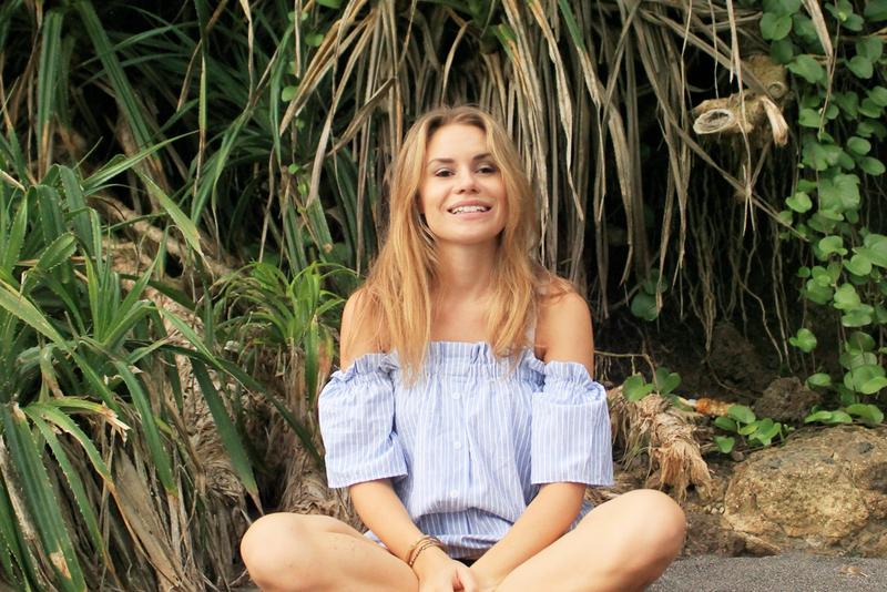 Yasmine Åkermark sitter ner i djungeln