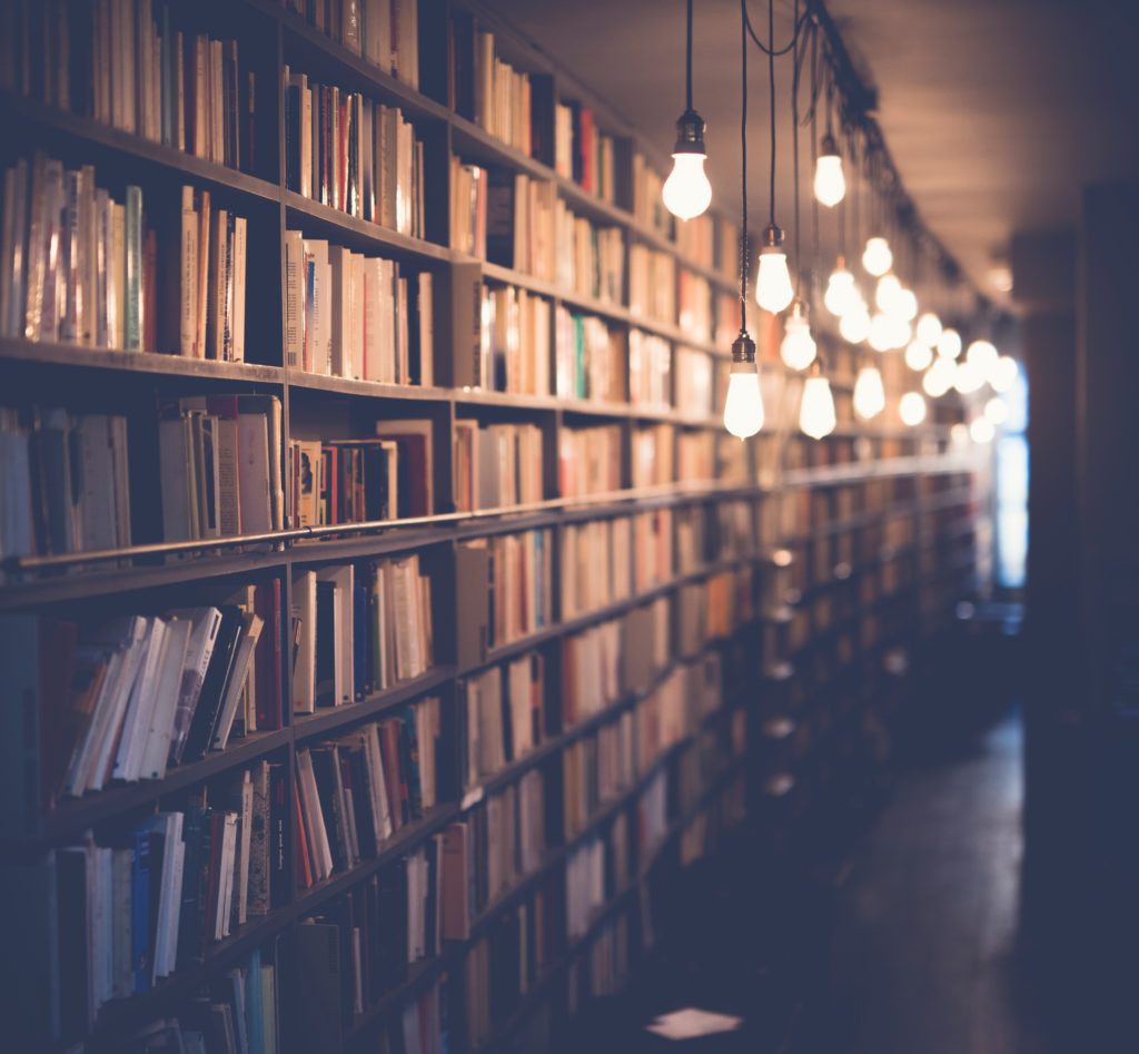 Böcker i upplyst bibliotek