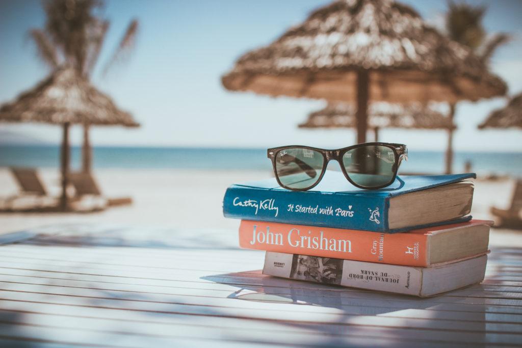 Böcker vid en strand