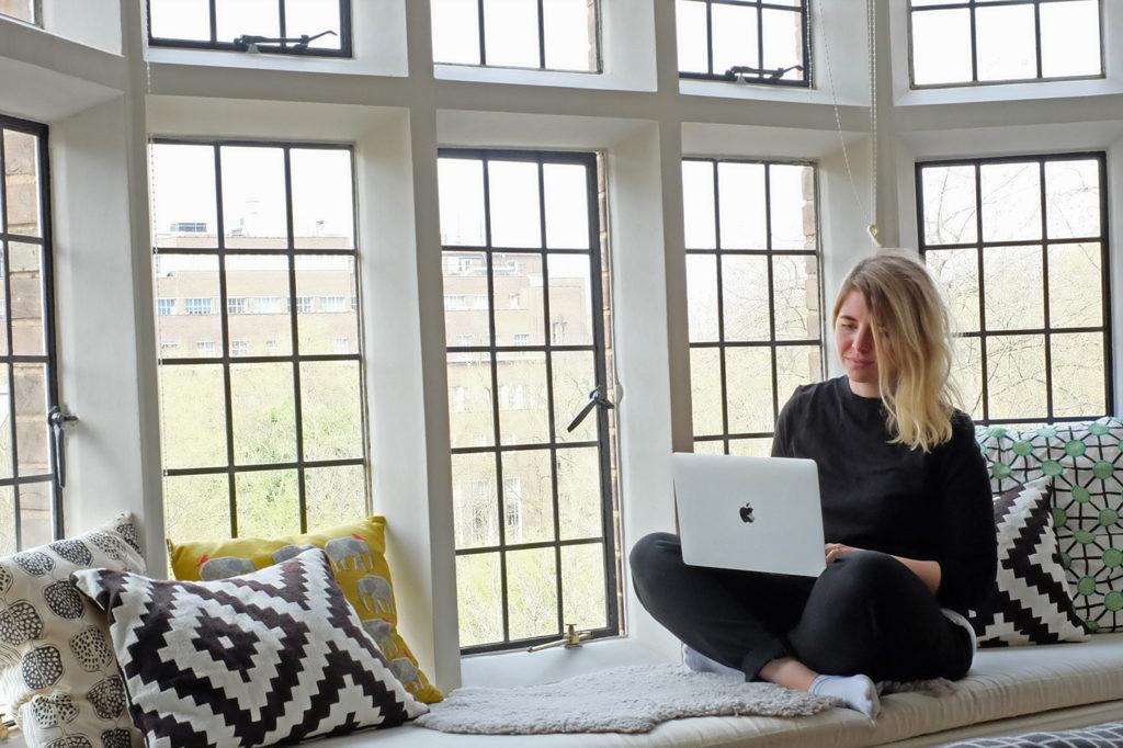 Emelie Fågelstedt jobbar hemifrån på sin favoritplats