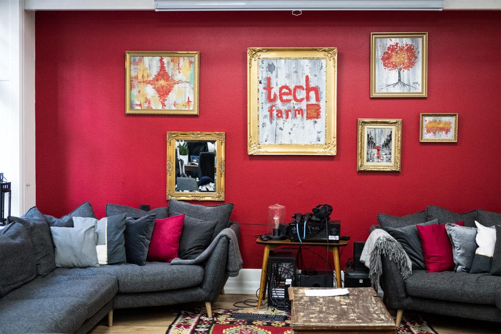 Det mysiga och röda vardagsrummet på Tech Farm K9
