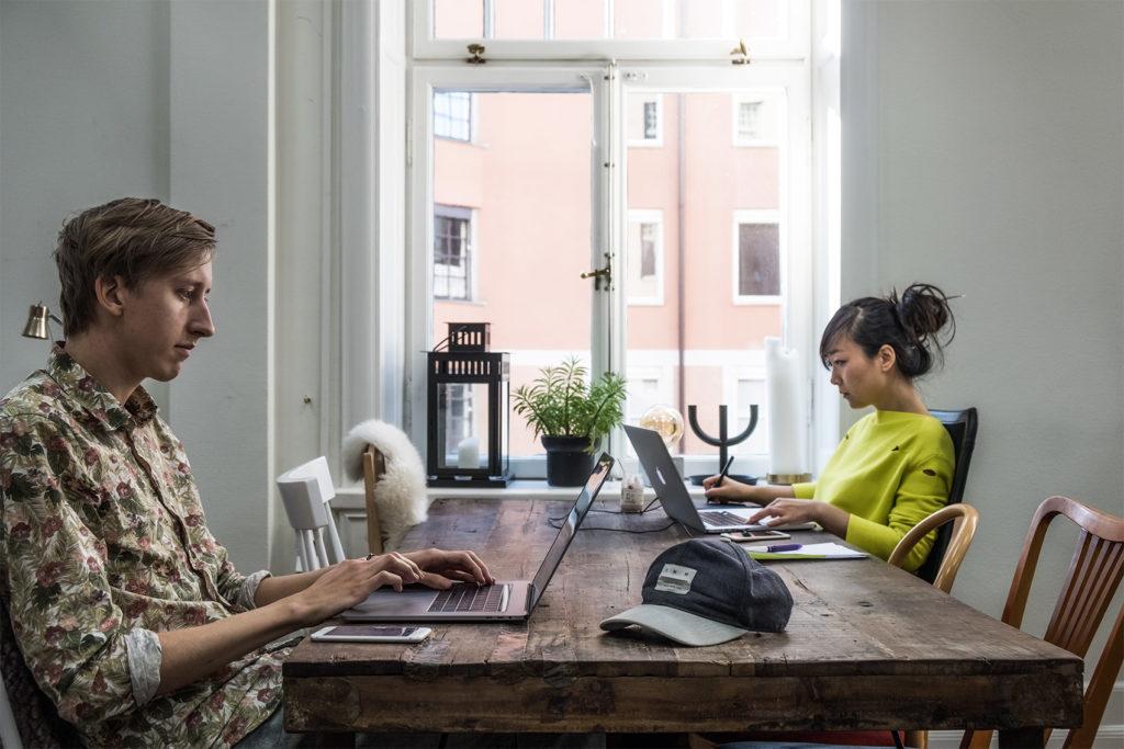 En bild på två personer som arbetar med sin dator på Tech Farm K9