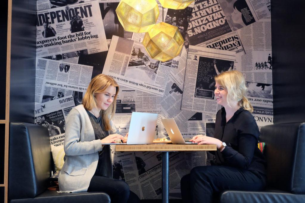 Emelie Fågelstedt och Yasmine Åkermark jobbar på distans från London.