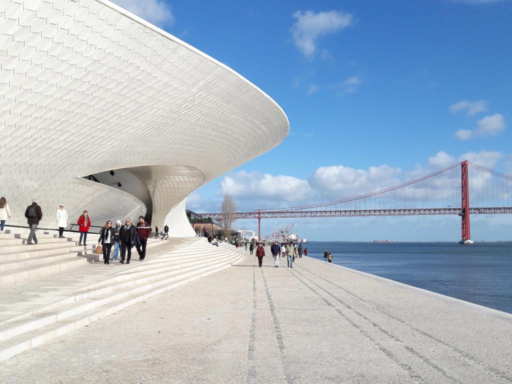 Bild ifrån Belém föreställandes Maat:s exteriör och på 25 de Abril Bridge