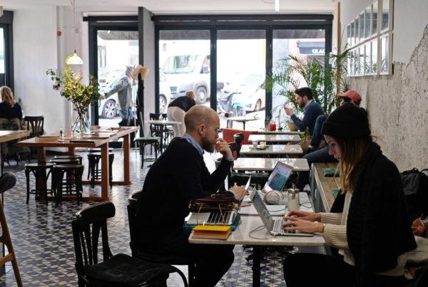Christoffer och Yasmine arbetar ifrån Bowls&Bar i Lissabon