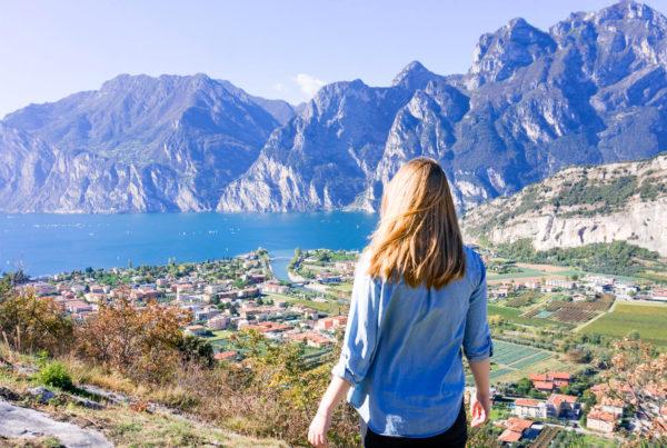 Sofia Zetterqvist tittar ut över Riva del Garda
