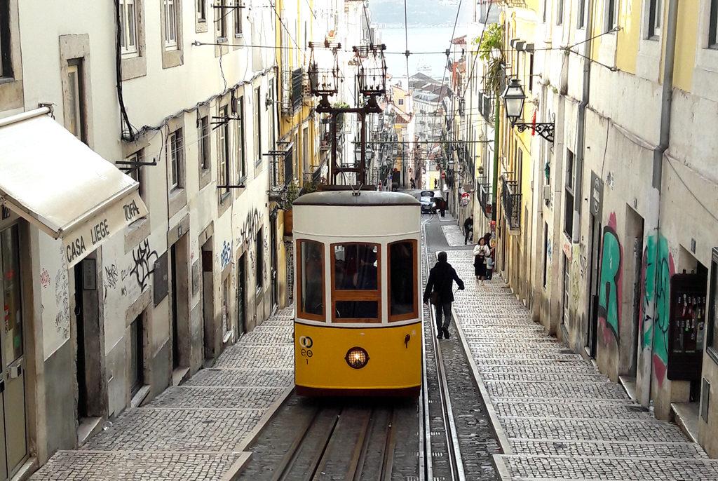 Spårvagn som arbetar sig upp i en Lissabons alla branta backar