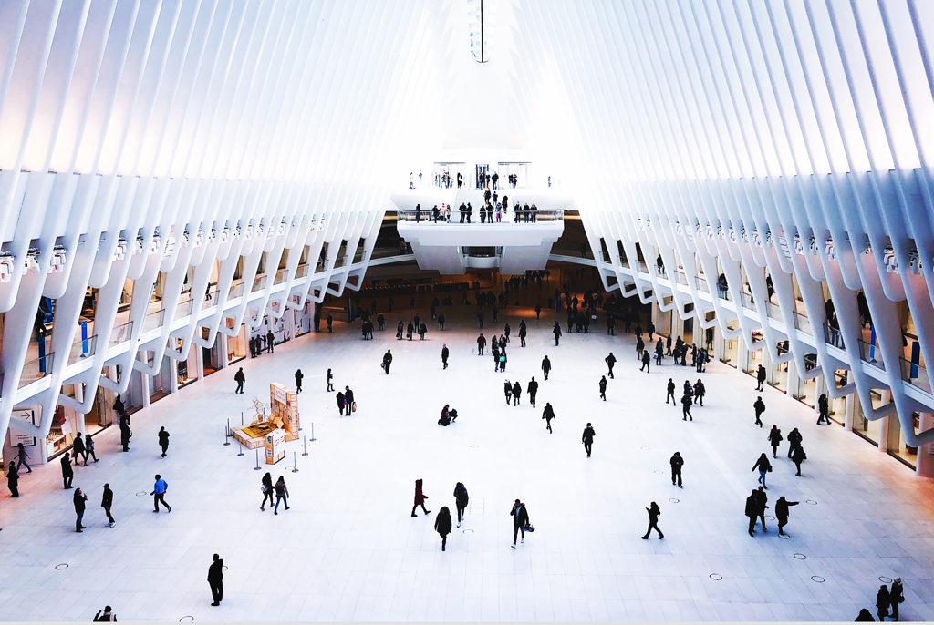 En stor ljus och futuristisk yta med många människor