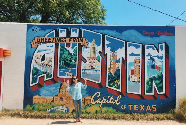 Yasmine Åkermark framför den kända väggen Greetings from Austin