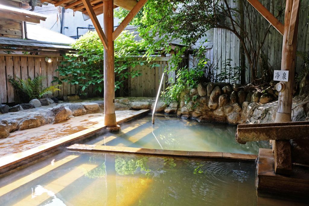 Ett onsen är en naturligt varm källa som sägs ha många hälsofördelar.