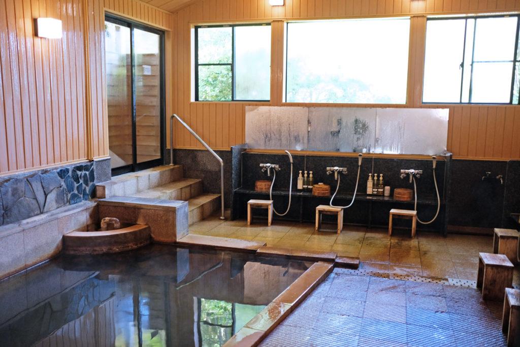Det är viktigt att tvaga och tvätta sig innan man badar onsen, japanska varma källor.