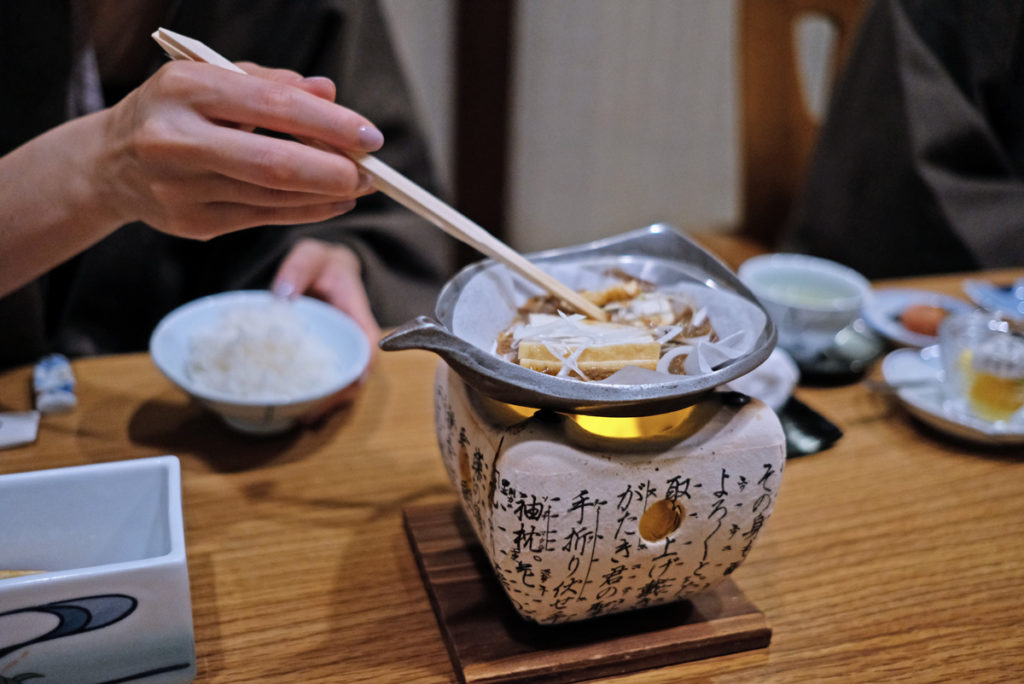 Ofta tillagas vissa rätter av en själv till bordet. Här tofu i misopasta till frukost.