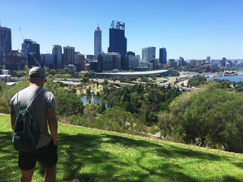 Christoffer på en kulle med utsikt över Perth