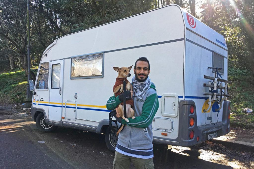 Gurgin med hunden Ronja bredvid sin husbil