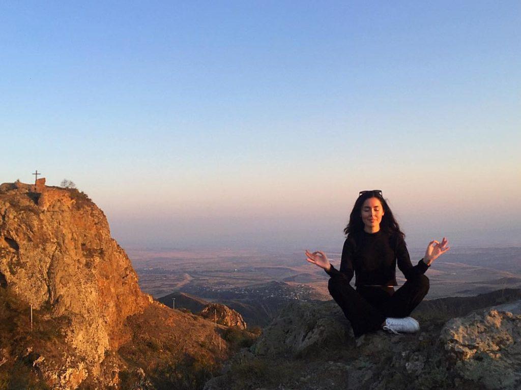 Sofia Lindman högt upp bland bergen i Georgien