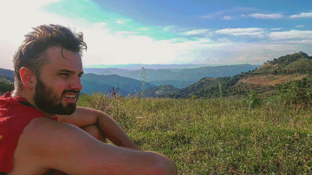 Sebastian Jansson ser ut över naturen