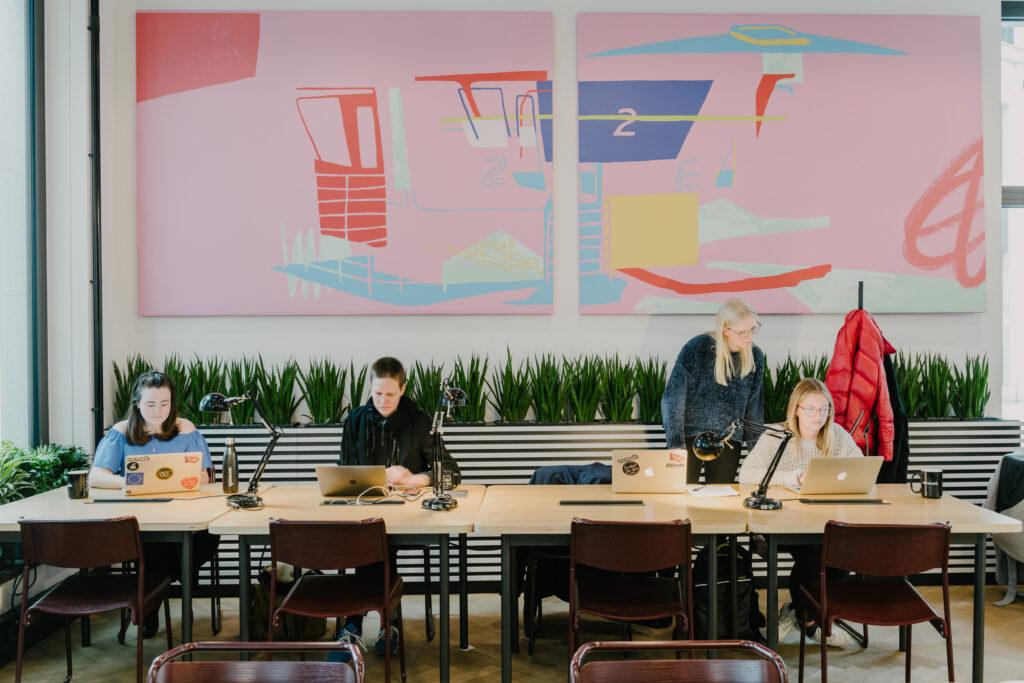 Hotdesking på WeWork Berlin - snart öppnar företag i Stockholm.