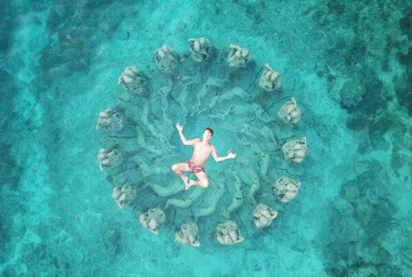 Mikael Hamrin flyter i vatten