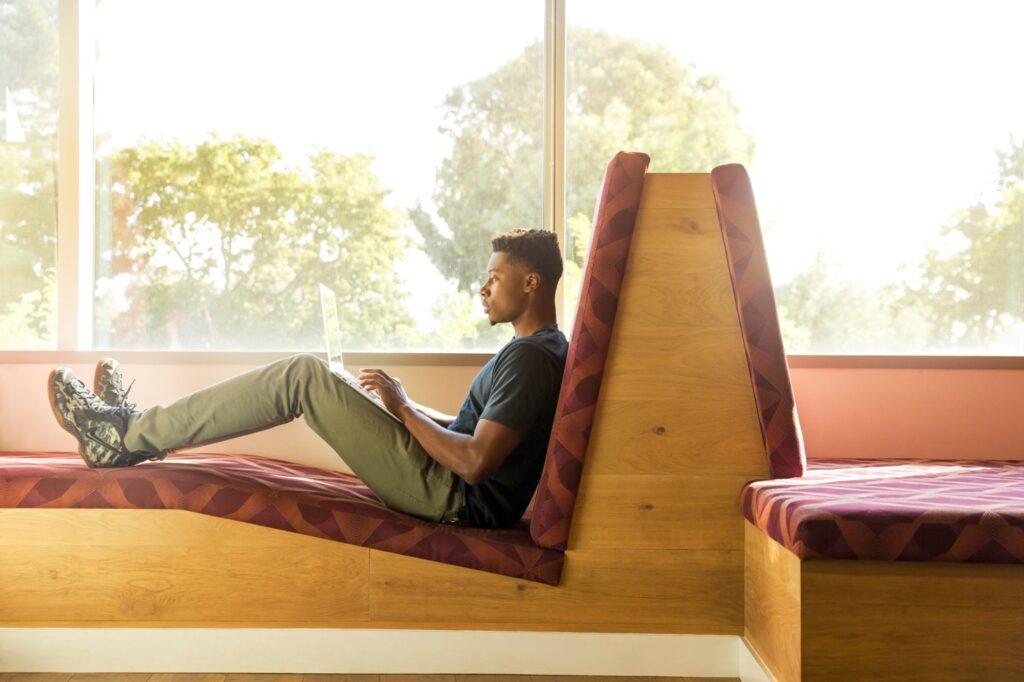 Man jobbar med laptop på soffa. Bilden från Linkedin.