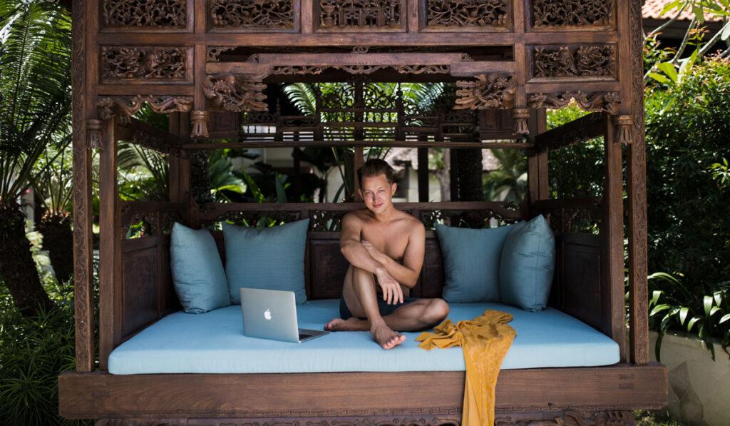 Jimmy Björnhård i en bungalow med sin dator