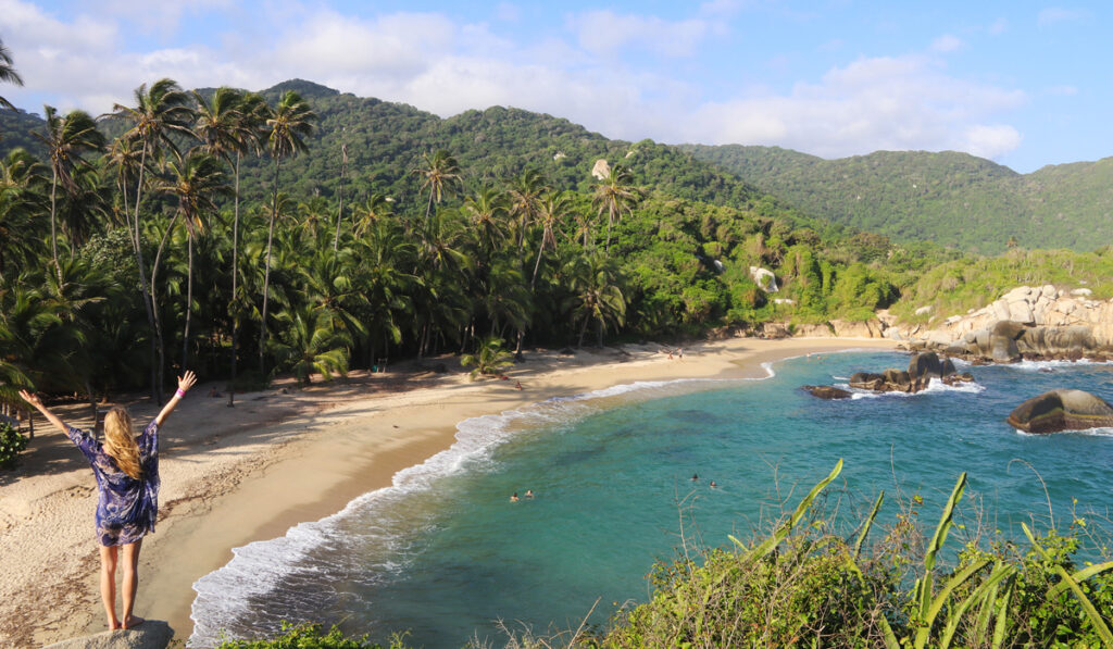 Emelie Ering blickar ut om en tropisk strand