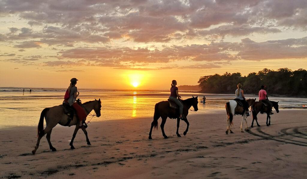 Emelie Ering på hästrygg på stranden