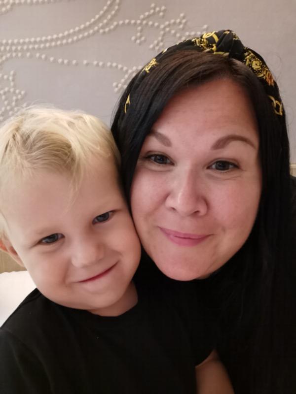 porträtt av mamma med tvåårig son