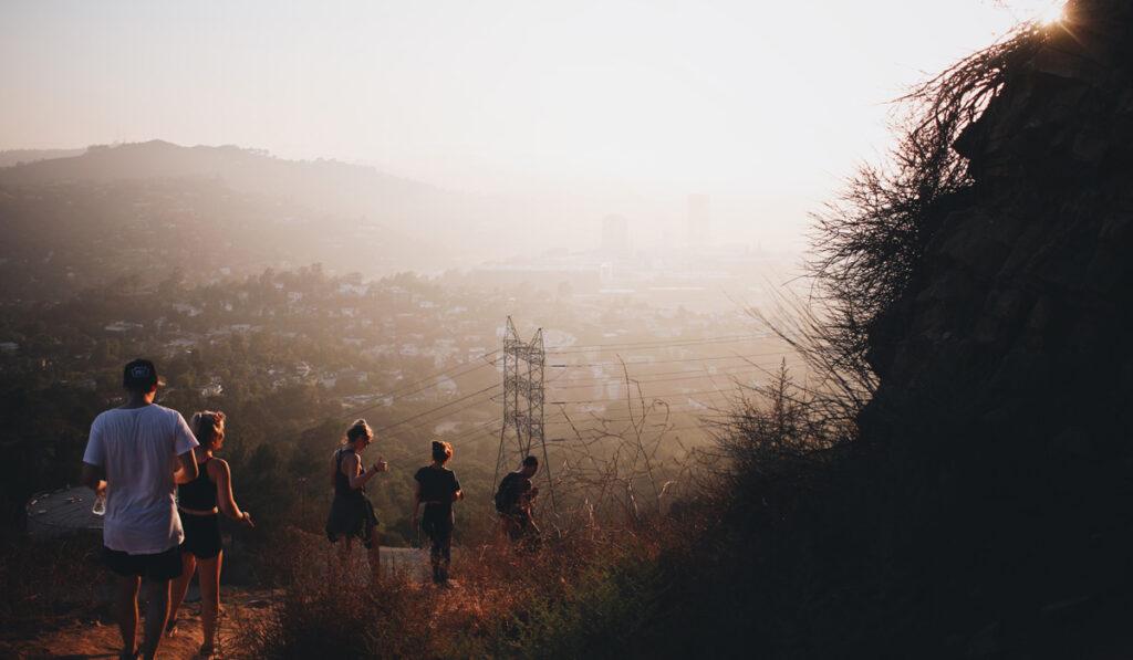 Fem personer går ner från en utsiktsplats