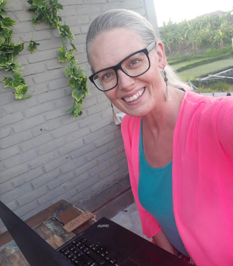 kvinna arbetar på sin dator utomhus