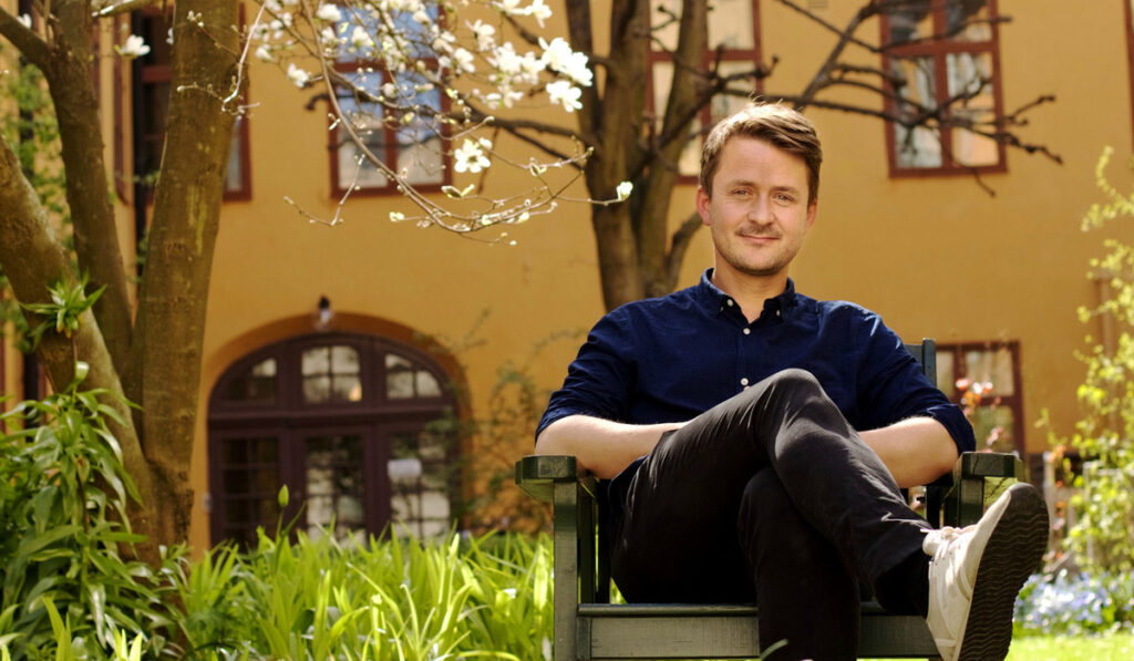 Ted Valentin på en stol utomhus