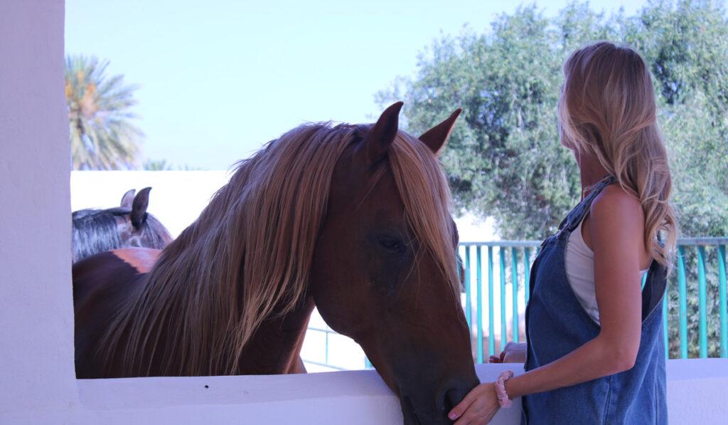 Caroline Giualienetti tillsammans med en häst på Zanzibar