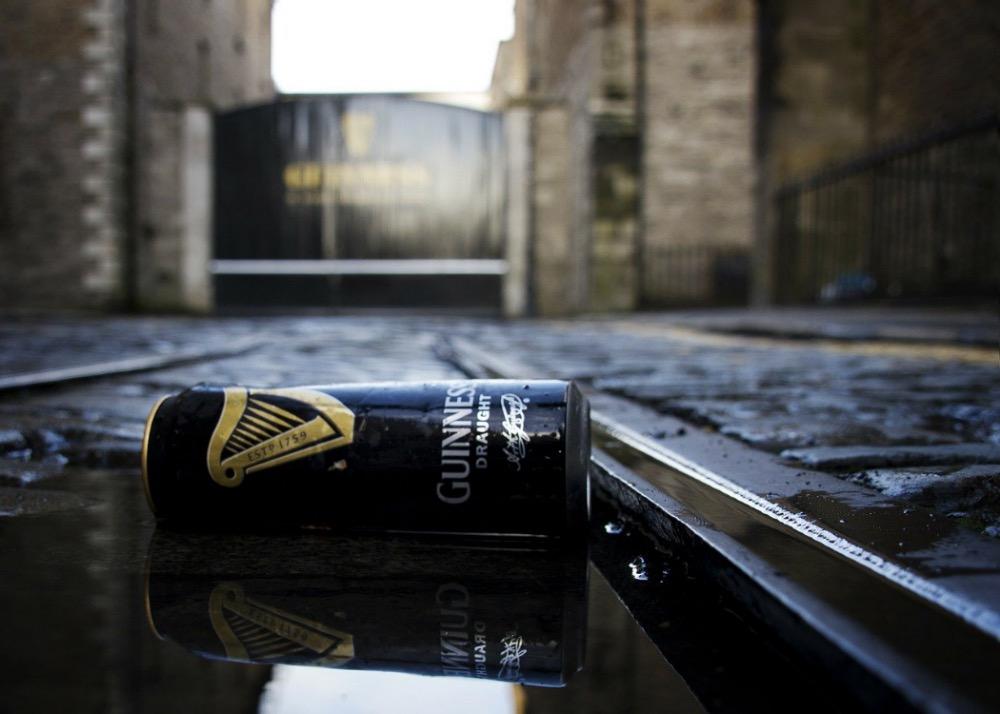 en burk Guinness på marken framför porten till Guinness Storehouse i Dublin