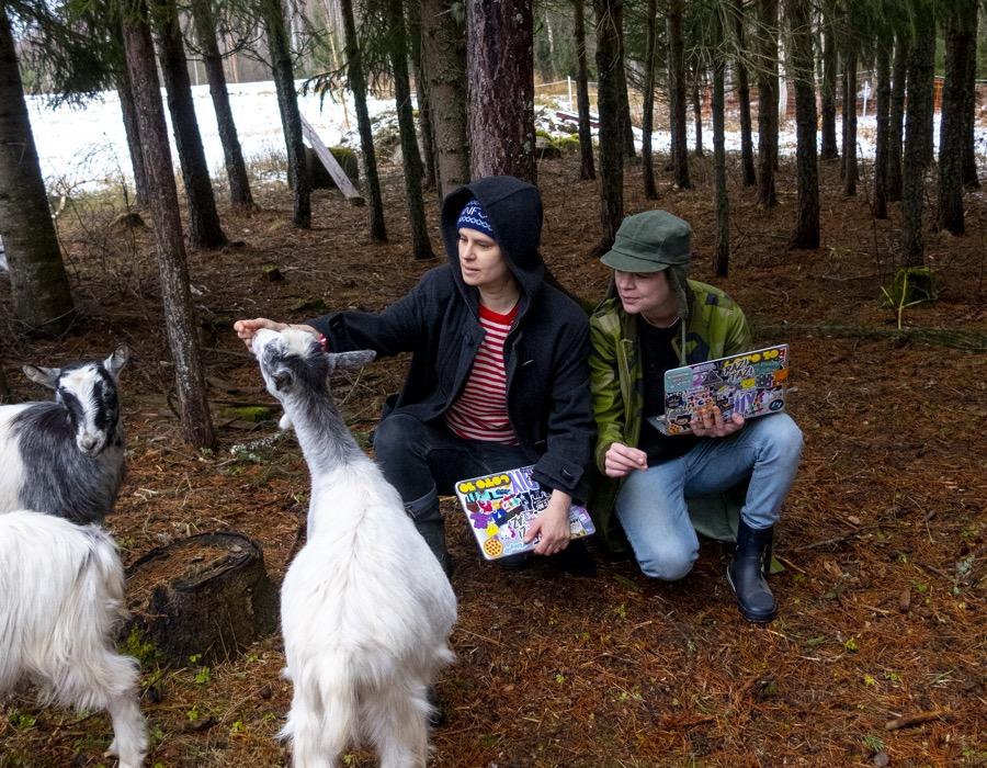 jennie och razi i skogen med sina getter