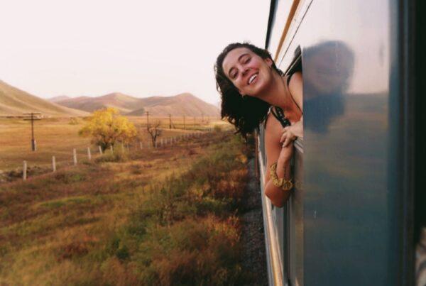 Sandy Stadelmann hänger ut från tågfönstret