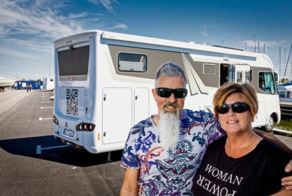 Anna och hennes man Roger framför sin husbil