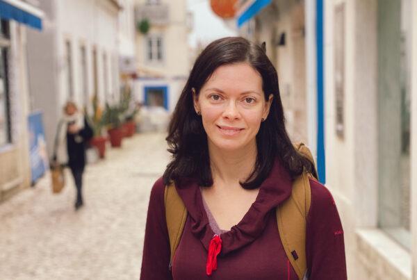 Erica Wright poserar i en stad