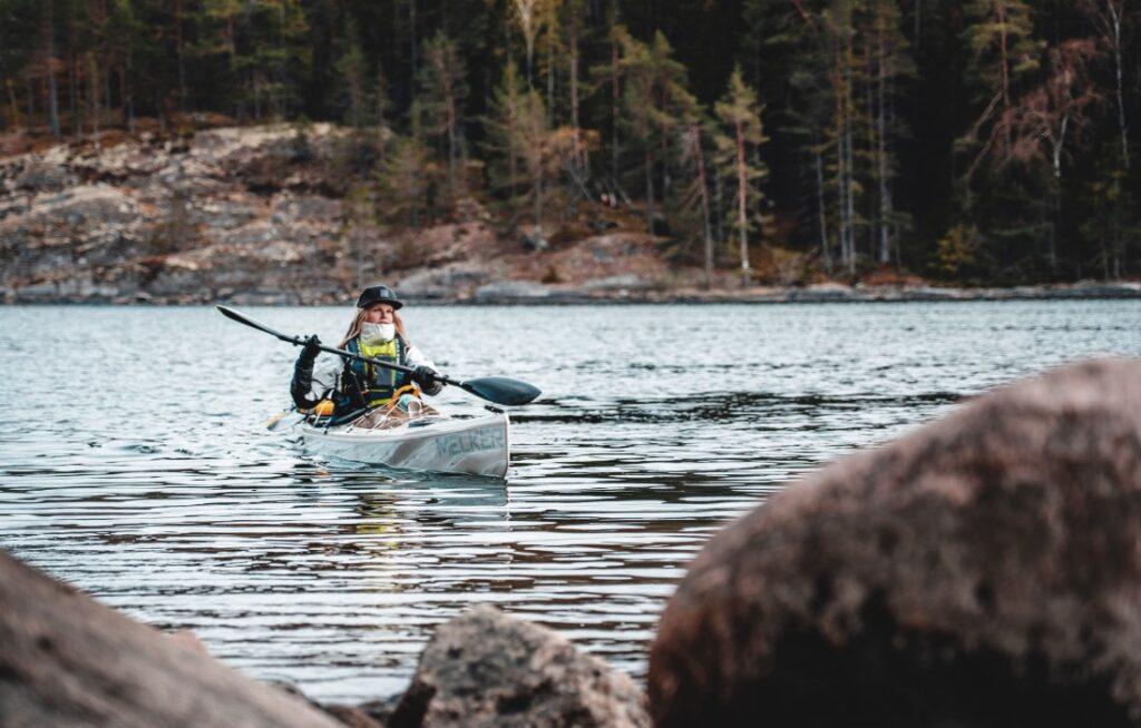 Linda Åkerberg paddlar kajak