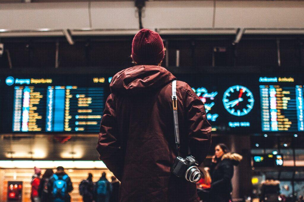 person står vi avgångstavlan på flygplats