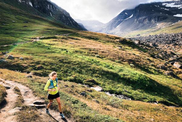 Jenny Jalonen löper i fint bergslandskap