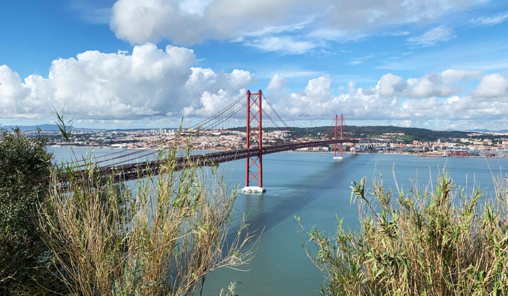 Bron Ponte de 25 abril i Lissabon