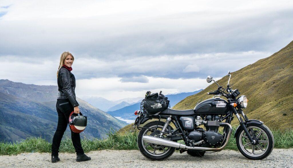 Hanna står bredvid sin motorcykel