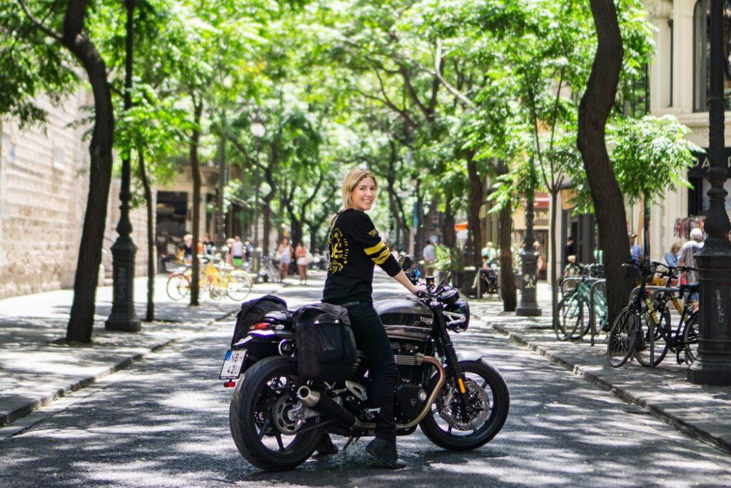 hanna på en gata i valencia med motorcykeln