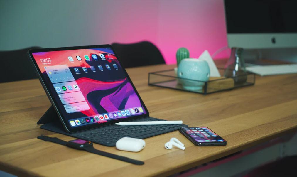Apple gadgets liggandes på ett bord