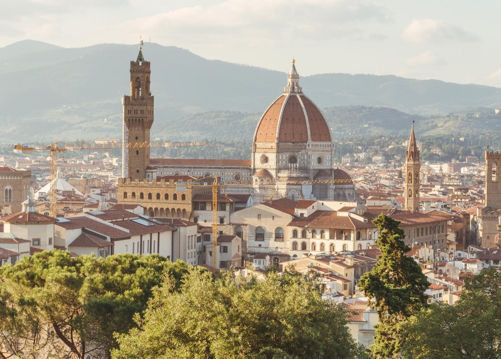 Stadsvy med en kyrka i mitten över florens i italien