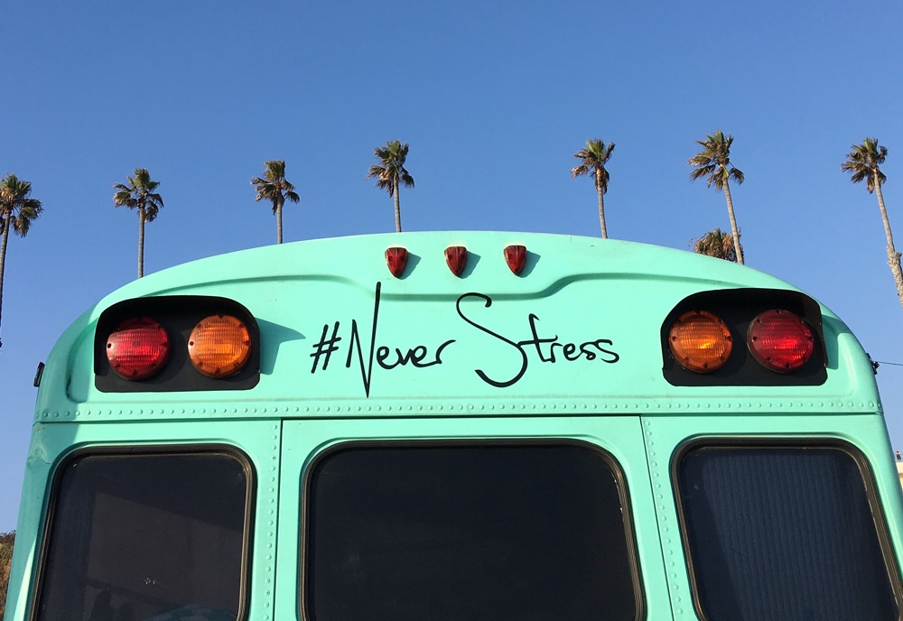 baksidan av en buss där det står #NeverStress