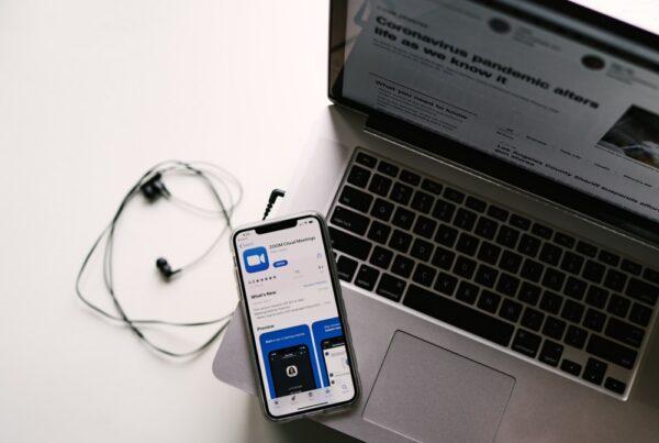 mobil på laptop