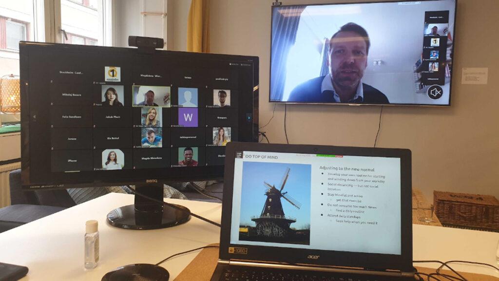 Tre skärmar med deltagare och presentation under Appjobs veckomöten
