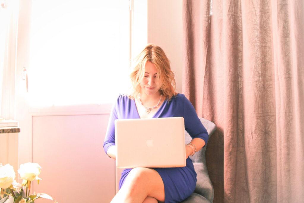 Malin Strandvall sitter med en dator i sitt knä
