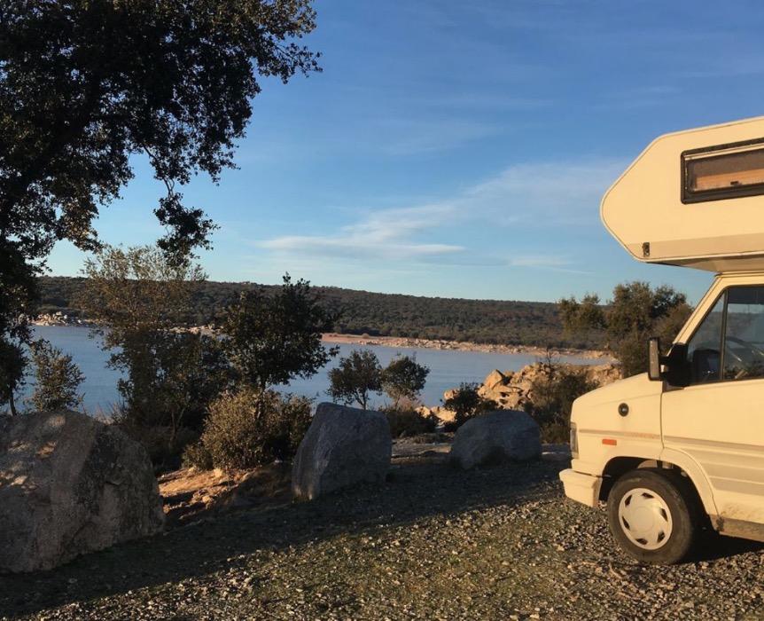husbil parkerad vid utsiktsplats