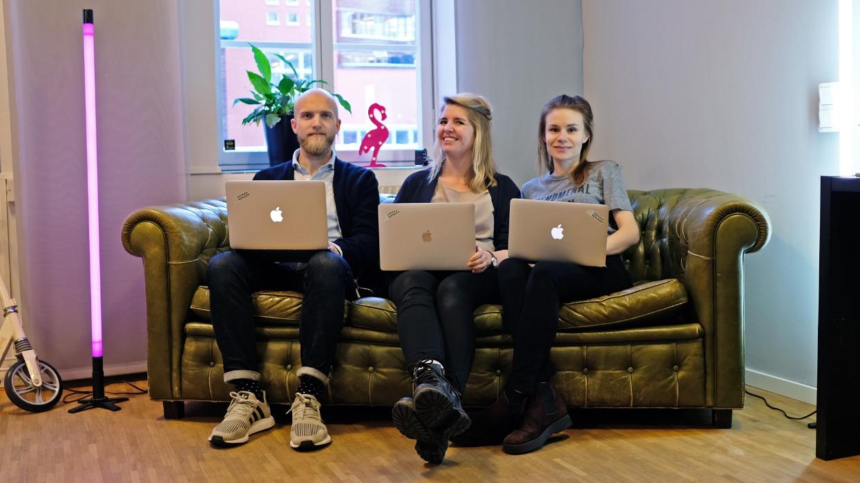 Christoffer, Emelie och Yasmine sittandes i en soffa med vars en laptop i knäet